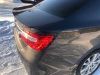 Спойлер лип под эмблему на багажник Toyota Camry V50 V55 2011-2017